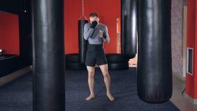 Portret van sterke atleet in gevechtssport die voor mmastrijd voorbereidingen treffen Langzame Motie stock footage