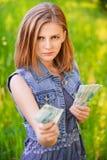 Portret van strikte vrouw met geld Stock Afbeeldingen