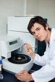 Portret van student het stellen met een centrifuge Stock Afbeelding