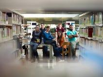 Portret van studenten in bibliotheek Stock Afbeeldingen