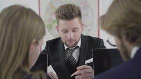 Portret van succesvolle bedrijfs chef- het bespreken financi?le markten en nieuw opstarten Commercieel team die bij in werken stock footage