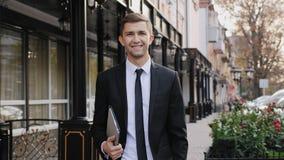 Portret van succesvolle gelukkige knappe zakenman stock videobeelden