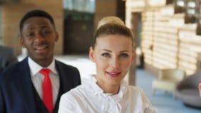 Portret van succesvolle glimlachende multiraciale partners binnen stock footage