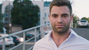 Portret van succesvolle jonge zakenman in stad die van professionele stedelijke levensstijl genieten Het knappe mannelijke werkne stock videobeelden
