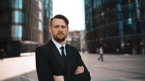 Portret van succesvolle zekere volwassen ondernemer die in openlucht de camera onderzoeken stock video