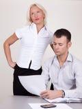 Portret van supervisor en flirty secretaresse Stock Afbeeldingen