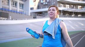 Portret van tevreden vette vrouw na training stock footage