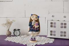 Portret van textiel met de hand gemaakte uitstekende pop met blauwe ogen, lang bruin haar in oude blauwe textielkleding met zacht stock foto