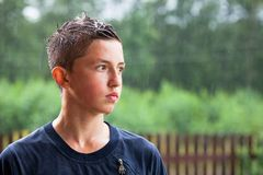 Portret van tiener een mens bevindt zich in de regen en onderzoekt de afstand royalty-vrije stock foto's