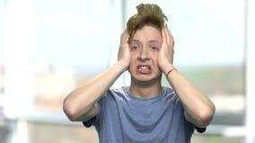 Portret van tiener in volledige wanhoop stock footage