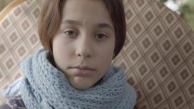 Portret van tiener in warme sjaal wordt verpakt die Het meisje voelt slecht, is zij ziek en heeft een koorts concept gezondheidsz stock footage