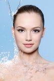 Portret van tienermeisje de stroom van water Stock Afbeelding
