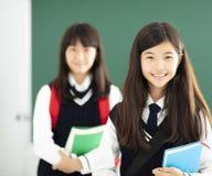 Portret van tienersstudente in klaslokaal stock fotografie