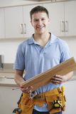 Portret van Timmerman Installing Fitted Kitchen stock afbeelding