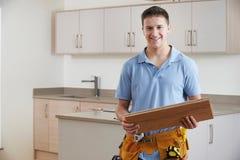 Portret van Timmerman Installing Fitted Kitchen stock fotografie