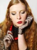 Portret van toen mooi meisje met rode parels Royalty-vrije Stock Afbeelding