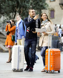 Portret van toeristen met kaart Stock Afbeeldingen