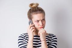 Portret van toevallige smartphone van de vrouwenholding stock afbeelding