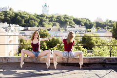 Portret van twee ballerina's op het dak Stock Foto