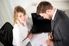 Portret van twee bedrijfsmensen die in bureau met computer samenwerken Royalty-vrije Stock Foto