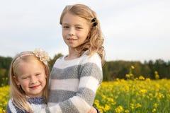 Portret van twee die leuke meisjes omhelzen Royalty-vrije Stock Foto
