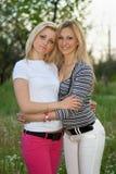 Portret van twee die vrij jonge vrouwen glimlachen stock fotografie