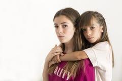 Portret van twee 15 en 10 éénjarigenzusters Stock Fotografie