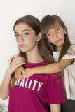 Portret van twee 15 en 10 éénjarigenzusters Royalty-vrije Stock Afbeelding