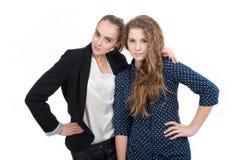 Portret van twee gelukkige jonge meisjes die togethe bevinden zich Royalty-vrije Stock Foto's