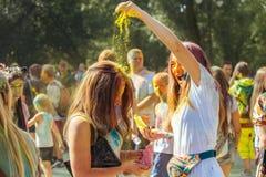 Portret van twee gelukkige jonge meisjes op het festival van de holikleur Royalty-vrije Stock Fotografie