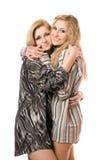 Portret van twee gelukkige jonge vrouwen Stock Afbeeldingen