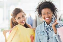Portret van twee gelukkige jonge vrouwen met het winkelen zakken Royalty-vrije Stock Afbeelding