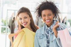 Portret van twee gelukkige jonge vrouwen met het winkelen zakken Stock Fotografie