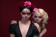 Portret van twee jonge meisjes in zwarte kleding met Royalty-vrije Stock Fotografie