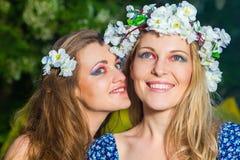 Portret van twee jonge mooie vrouwen in openlucht Stock Foto's