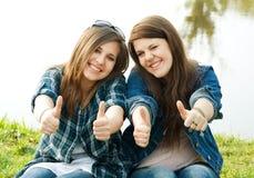 Portret van twee jonge tieners Stock Afbeeldingen