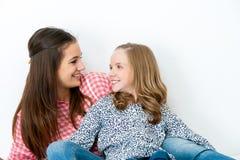 Portret van twee jonge zusters Stock Foto