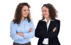 Portret van twee jongelui geïsoleerde bedrijfsvrouw - echte tweelingen Royalty-vrije Stock Foto's
