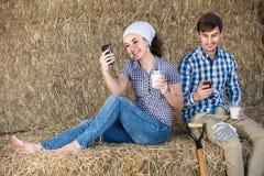 Portret van twee landbouwers die een pauze in het hooi nemen en Th hebben stock foto's