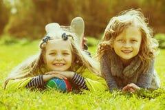 Portret van twee leuke meisjes met bal stock afbeelding