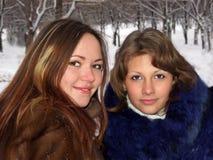Portret van twee meisjes in de winter stock fotografie