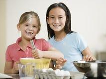 Portret van twee meisjes het bakken royalty-vrije stock fotografie