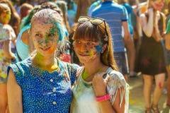 Portret van twee meisjes met hun die gezicht in poederverf wordt behandeld Stock Afbeelding