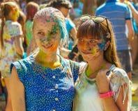 Portret van twee meisjes met hun die gezicht in poederverf wordt behandeld Stock Foto's