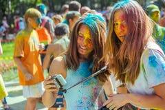Portret van twee meisjes met hun die gezicht in poederverf wordt behandeld Stock Foto