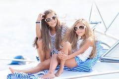 Portret van twee meisjes van meisjes op de zomer royalty-vrije stock afbeelding