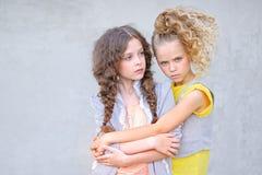Portret van twee meisjes van meisjes stock fotografie