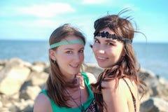 Portret van twee mooie jonge hippy vrouwen op het strand Royalty-vrije Stock Afbeelding