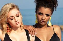 Portret van twee multiraciale meisjes royalty-vrije stock afbeelding