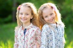 Portret van twee tweelingen Royalty-vrije Stock Afbeelding